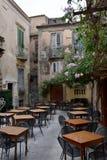 Restaurante idílico en un patio trasero en Tropea fotos de archivo