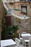 Restaurante idílico en un patio trasero en Tropea imagenes de archivo