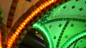Restaurante iluminado del arco cerca del techo, hecho en estilo oriental almacen de video