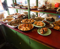 Restaurante indonesio del warteg de la comida tradicional en Indonesia Fotos de archivo