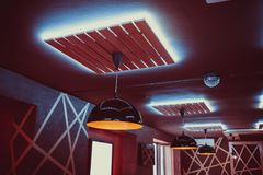 Restaurante interior bonito com candelabros luxuosos e iluminação da noite fotos de stock royalty free