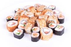 Restaurante japonés de la comida, placa del rollo del maki del sushi o sistema gunkan del disco California rueda con los salmones Imágenes de archivo libres de regalías