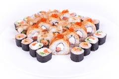 Restaurante japonês do alimento, placa do rolo do maki do sushi ou grupo gunkan da bandeja Califórnia rola com salmões isolado no Foto de Stock