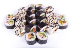 Restaurante japonês do alimento, placa do rolo do maki do sushi ou grupo gunkan da bandeja Califórnia rola com salmões Isolated n Imagem de Stock