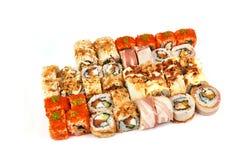 Restaurante japonês do alimento, placa do rolo do maki do sushi ou grupo gunkan da bandeja Rolos de sushi de Califórnia com salmõ imagens de stock royalty free