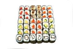 Restaurante japonês do alimento, placa do rolo do maki do sushi ou grupo gunkan da bandeja Rolos de sushi de Califórnia com salmõ imagens de stock