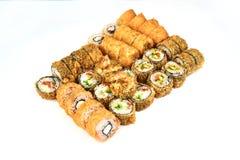 Restaurante japonês do alimento, placa do rolo do maki do sushi ou grupo gunkan da bandeja Rolos de sushi de Califórnia com salmõ imagem de stock