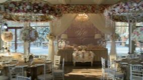 Restaurante lujoso adornado para el banquete de boda metrajes