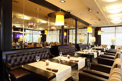 Restaurante luxuoso no estilo europeu imagem de stock
