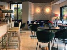 Restaurante moderno acolhedor fotografia de stock royalty free