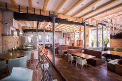 Restaurante moderno espaçoso imagem de stock royalty free