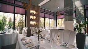 Restaurante moderno rico con los árboles verdes detrás de ventanas almacen de video