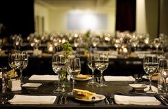 Restaurante moderno - velas encendidas, servilletas blancas, pan de maíz, sistema elegante de la tabla Fotos de archivo