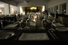 Restaurante moderno - velas encendidas, servilletas blancas, sistema elegante de la tabla Fotos de archivo libres de regalías