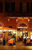 Restaurante na noite Imagem de Stock Royalty Free