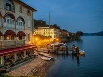 Restaurante no banco em Orta, distrito italiano do lago fotografia de stock royalty free