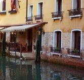 Restaurante no canal de Veneza Foto de Stock Royalty Free
