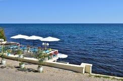 Restaurante no penhasco do mar fotografia de stock