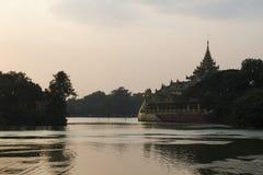 Restaurante no por do sol, Yangon do palácio de Karaweik, Myanmar imagem de stock