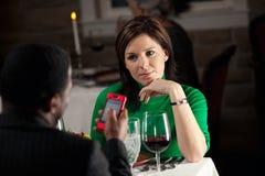 Restaurante: O homem irrita outro usando o telefone celular durante a refeição Imagem de Stock Royalty Free