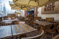 Restaurante ocidental selvagem velho do ` do `, vazio, na área velha do porto de Genoa, Itália foto de stock royalty free