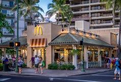 Restaurante ocupado de McDonald's fotos de archivo