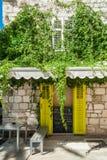 Restaurante pequeno típico na cidade velha, Hvar Croácia foto de stock