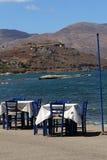 Restaurante perto do mar bonito de turquesa em Kastelli, Creta Imagem de Stock Royalty Free