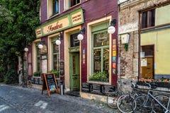 Restaurante pitoresco com as bicicletas estacionadas e as flores Imagens de Stock