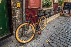 Restaurante pitoresco com as bicicletas estacionadas e as flores Fotografia de Stock Royalty Free