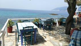 Restaurante por el mar, Grecia imagen de archivo libre de regalías