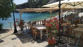 Restaurante por el mar, islas de Grecia fotografía de archivo