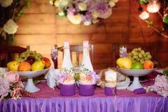 Restaurante que se casa adornado hermoso para la boda Decoración colorida para la celebración Interior nupcial de la belleza fotografía de archivo libre de regalías