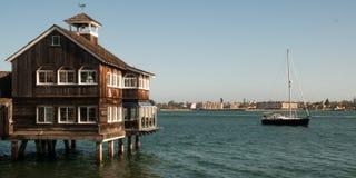 Restaurante rústico que pasa por alto la bahía imagenes de archivo