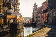 Restaurante romântico do barco da sombra do embaçamento do por do sol da vila de Veneza morno fotografia de stock