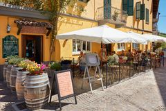 Restaurante típico do passeio com os povos em Barolo, Itália fotografia de stock royalty free