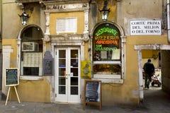 Restaurante típico en Venecia Fotos de archivo libres de regalías