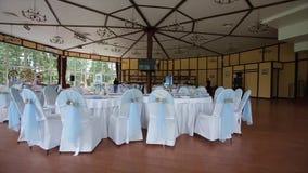 restaurante Tabla de la boda en un banquete de la boda adornada con el ramo nupcial Banquete Pasillo tabla festiva para la novia almacen de metraje de vídeo