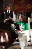Restaurante: Tableta de Takes Order On Digital de la camarera Foto de archivo