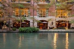 Restaurante vacío en el río con los árboles de ciprés adornados con las luces de la Navidad Foto de archivo libre de regalías