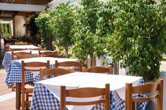 Restaurante vacío en un día soleado imágenes de archivo libres de regalías