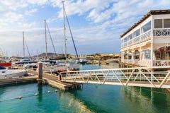 Restaurante y embarcadero en el puerto de Rubicon Imágenes de archivo libres de regalías