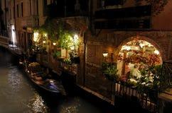 Restaurante y góndola en la noche - Venecia Foto de archivo libre de regalías