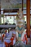 Restaurante y statueBali del balinese, Indonesia Imagen de archivo libre de regalías