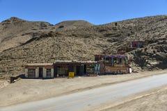 Restaurante y tienda de souvenirs tradicionales por el camino en altas montañas de atlas, Marruecos imagen de archivo libre de regalías