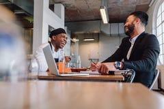Restauranteigenaar die een vriendschappelijk gesprek met werknemer hebben stock foto's