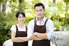 Restauranteigenaar die zich met partner bevinden royalty-vrije stock fotografie