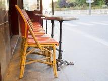 Restaurantes al aire libre del asiento con la opinión de la calle Fotos de archivo