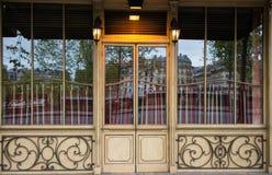 Restaurantes Café perto da reflexão de Seine Paris na janela foto de stock royalty free