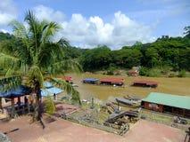 Restaurantes de flutuação no rio de Tembeling, Taman Negara P nacional Foto de Stock